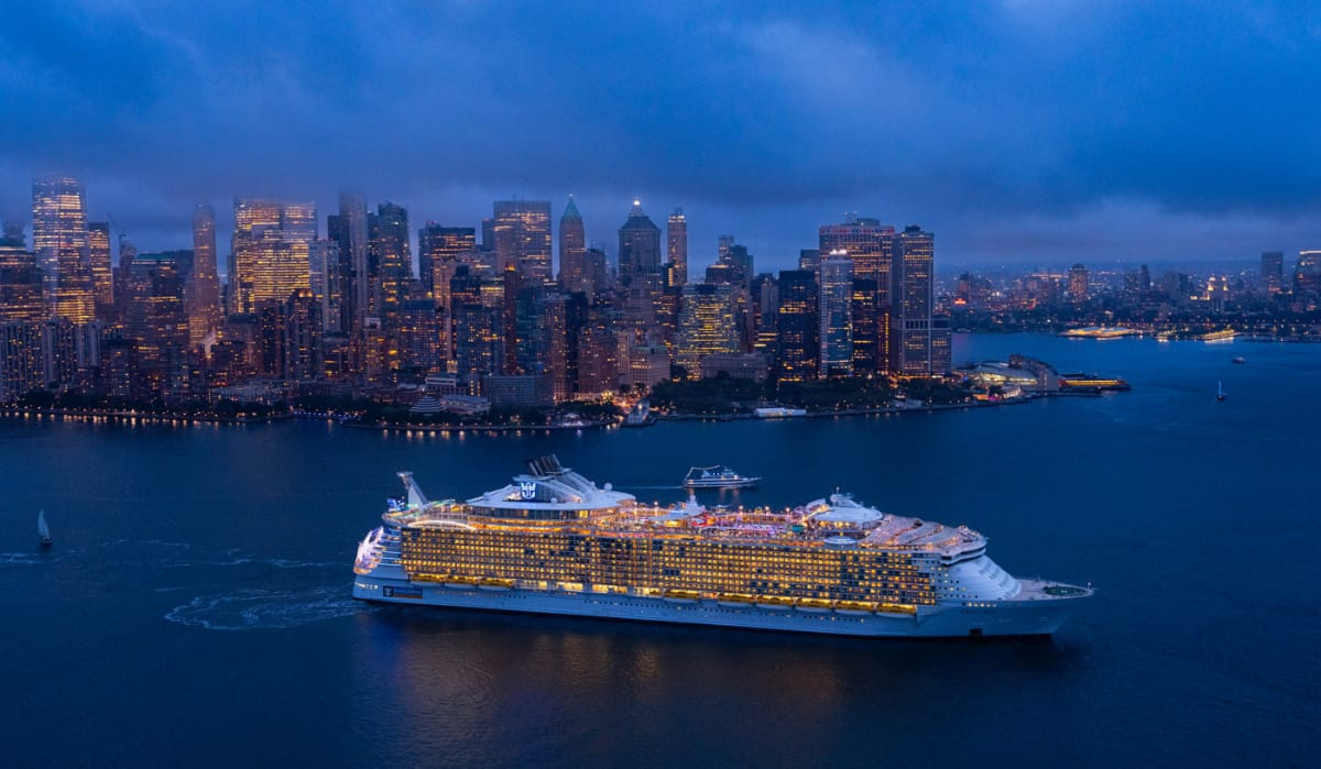 Oasis of the Seas arrives and passes through New York